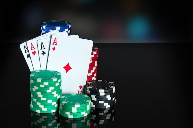 Pokerkaarten met four of a kind of quads combinatie. close-up van speelkaarten en chips in pokerclub. gratis advertentieruimte