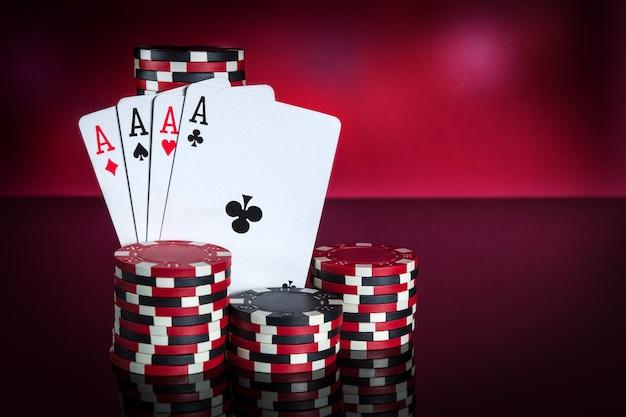 Pokerkaarten met four of kind of quads-combinatie close-up van speelkaarten en chips in pokerclub