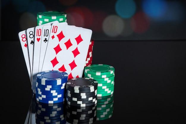 Pokerkaarten met full house of full boat combinatie. close-up van speelkaarten en chips in pokerclub. gratis advertentieruimte
