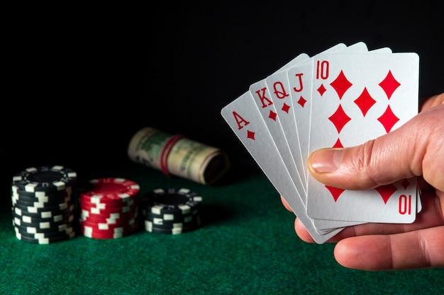 Pokerkaarten met royal flush-combinatie in het spel