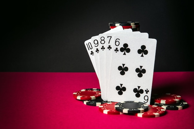 Pokerkaarten met straight flush combinatie. close-up van speelkaarten en chips in pokerclub. gratis advertentieruimte