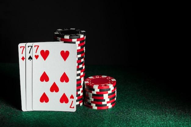 Pokerkaarten met three of a kind of set-combinatie