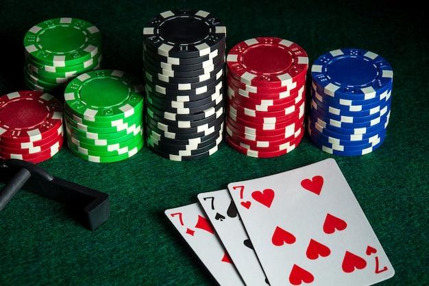 Pokerkaarten met three of a kind of vaste combinatie in casino. chips en hark op de groene tafel