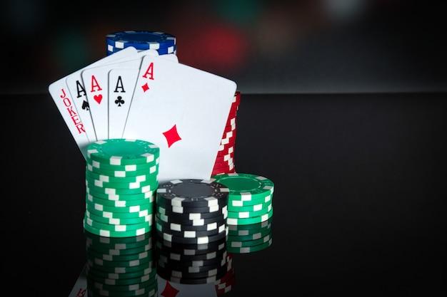 Pokerkaarten met vijf van een soort combinatie close-up van speelkaarten en chips in pokerclub