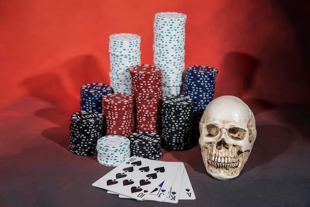 Pokerspel, chips en een schedel