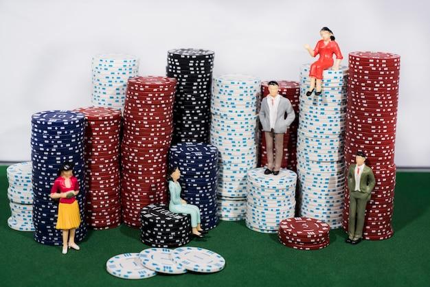 Pokerspel met chips en cijfers