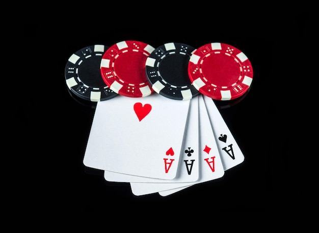 Pokerspel met een four of a kind of quads combinatie. chips en kaarten op de zwarte tafel in pokerclub
