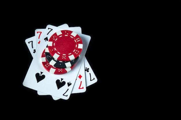 Pokerspel met een three of a kind of set combinatie. chips en kaarten op de zwarte tafel in pokerclub. gratis advertentieruimte