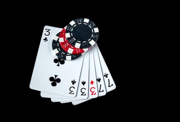 Pokerspel met full house of full boat combinatie. chips en kaarten op de zwarte tafel in pokerclub. gratis advertentieruimte