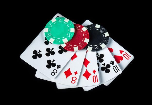 Pokerspel met full house of full boat combinatie. chips en kaarten op de zwarte tafel. winsten bij poker