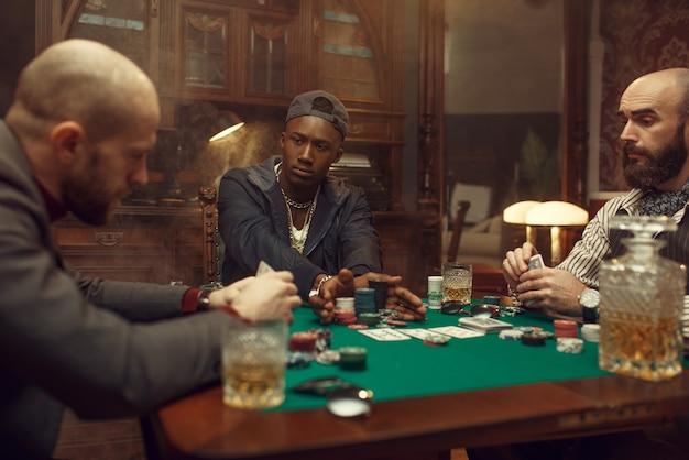 Pokerspelers aan speeltafel met weddenschappen