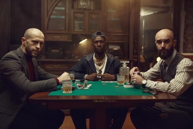 Pokerspelers met kaarten die in casino spelen. verslaving, gokhuis