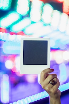 Polaroidfoto op de achtergrond van gloeiende lampen