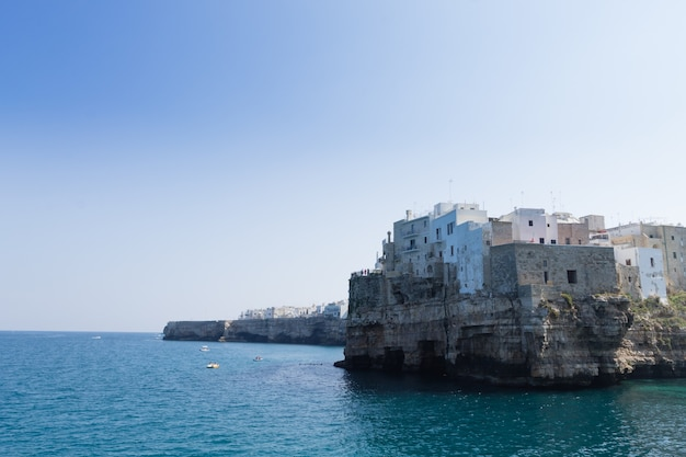 Polignano a mare view, apulië, italië. italiaans panorama. kliffen op de adriatische zee
