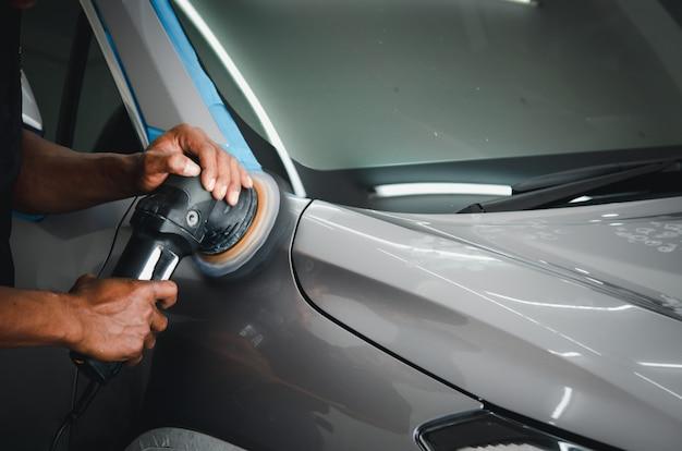 Polijsten van de auto, het oppervlak van de auto voorbereiden voordat het keramiek wordt gecoat