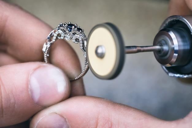 Polijsten van de gouden ring in een sieradenatelier