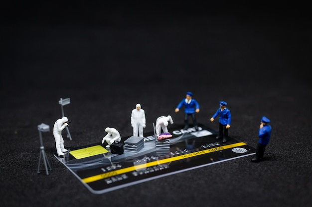 Politie en detective die bewijs van creditcard vinden