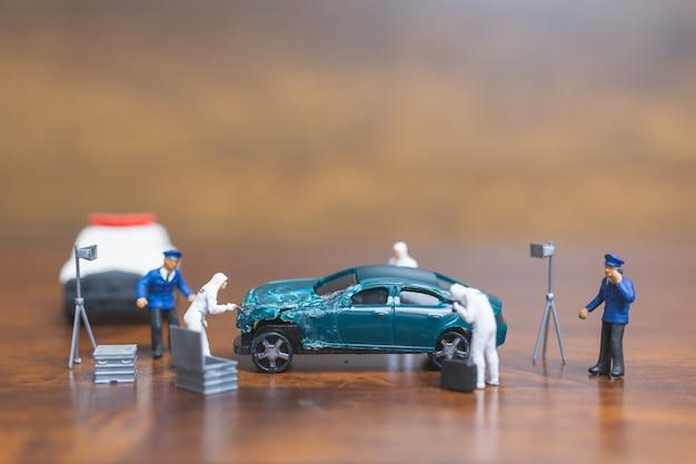 Politie en detective die voor auto, het concept van crime scene investigation staan