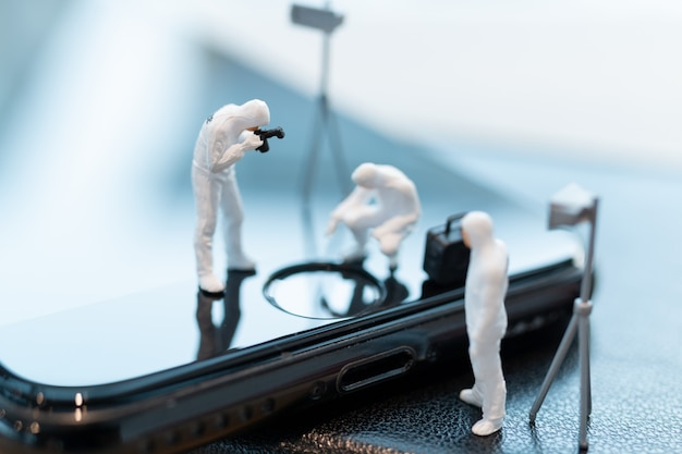 Politie en detective werken aan smartphone, concept van cybermisdaden