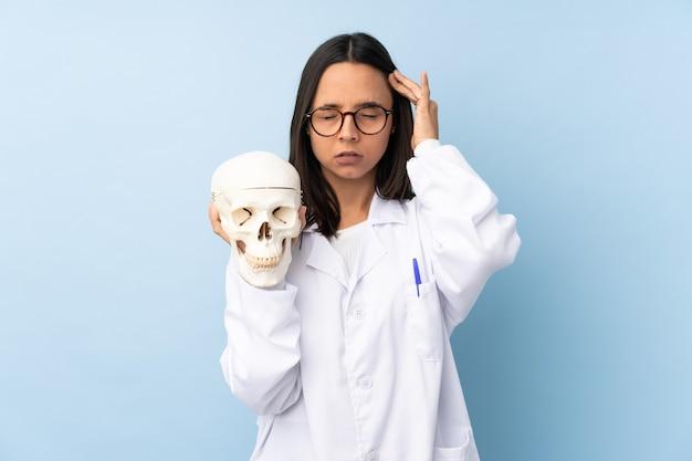 Politie forensisch specialist meisje over geïsoleerde achtergrond met hoofdpijn