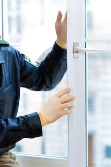 Politieagent neemt bewijs op raam na inbraak