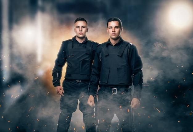 Politieagenten in zwart uniform en kogelvrije vesten