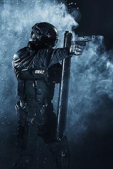 Politieman met ballistisch schild