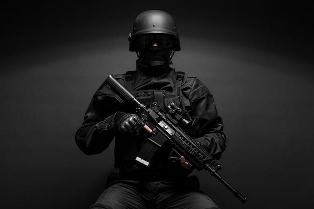 Politieman met wapens