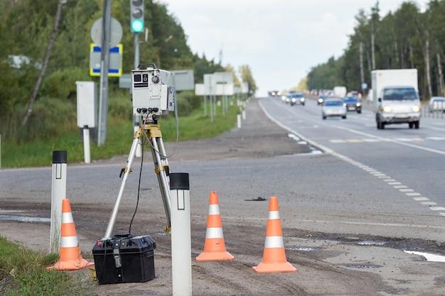 Politieradar voor het meten van een snelheid van passerende auto's op de snelweg in rusland op zomerdag