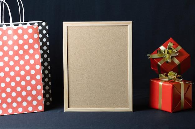 Polka dots papieren zakken, prikbord en kerstgeschenkdozen met kopie ruimte