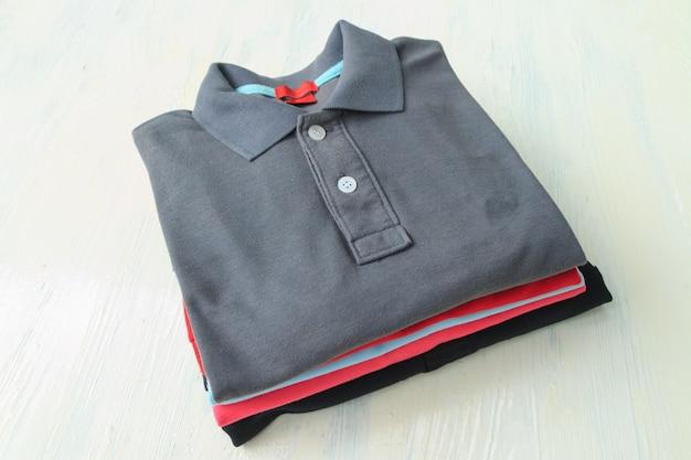 Polo shirts op houten