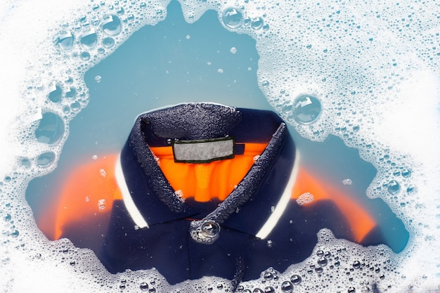 Poloshirt weken in poeder wasmiddel oplossen. wasserij concept