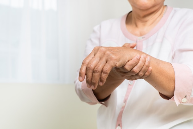 Pols handpijn van oude vrouw, gezondheidszorg probleem van senior concept