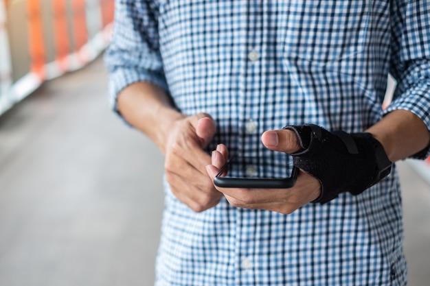 Pols pijn omdat het gebruik van smartphone lange tijd.