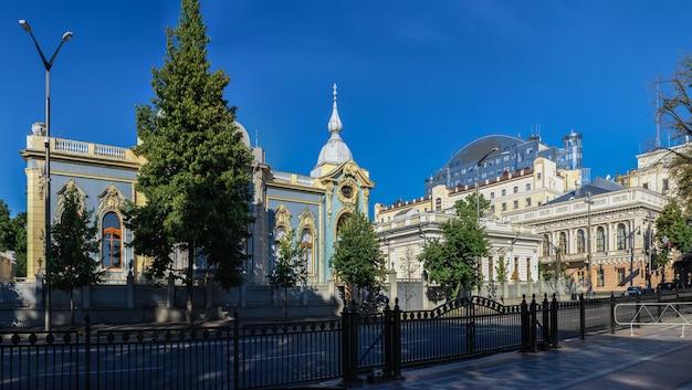 Polyakov herenhuis of klein mariinsky paleis in kiev, oekraïne, op een zonnige zomerochtend