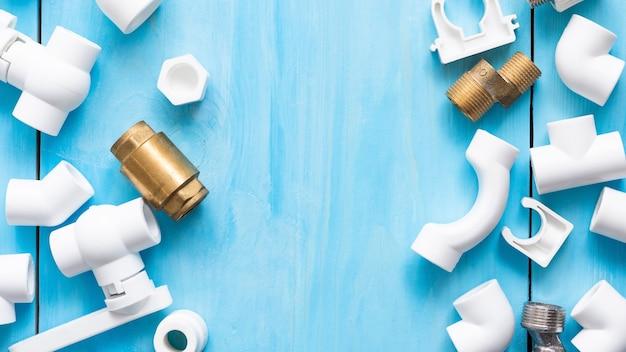 Polypropyleen adapters, koppelingen, kleppen en kranen voor het watervoorzieningssysteem en een plek voor uw reclame.