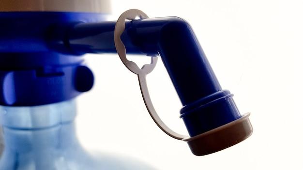 Pomp op een waterfles. close-up op een witte achtergrond Premium Foto