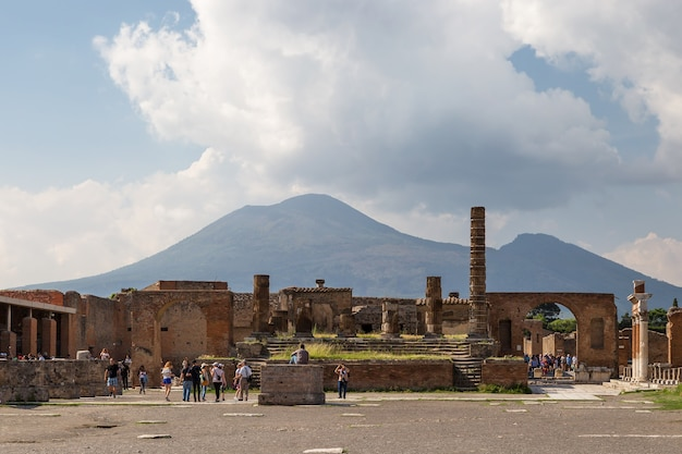 Pompeii italië mensen op de archeologische vindplaats van pompeii napels italië