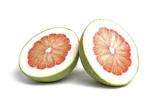 Pompelmoesfruit dat op wit wordt gesneden