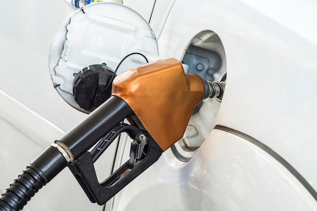 Pompende benzine in auto bij benzinestation