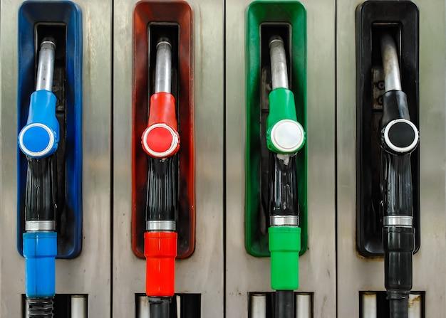 Pompmondstukken met verschillende brandstoffen bij het tankstation