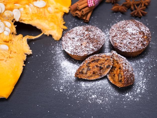 Pompoen cupcakes op een zwarte, hoogste mening