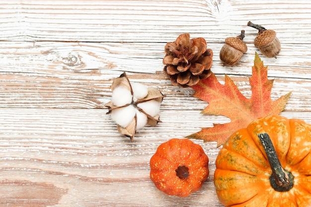 Pompoen en herfstdecoratie op houten ondergrond