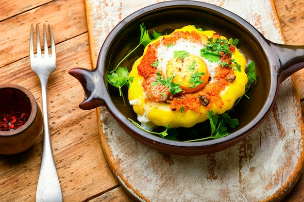 Pompoen gevuld met couscous en champignons. gebakken patisson met shakshuka.patty pan squash