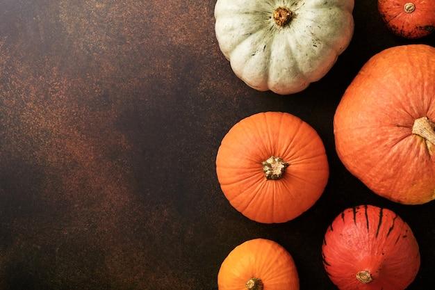 Pompoen. herfst voedsel achtergrond met kaneel, noten en seizoensgebonden kruiden op brawn rustieke achtergrond. pompoen of appeltaart en koekjes koken voor thanksgiving en herfstvakantie. bovenaanzicht kopie ruimte.