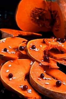 Pompoen in partjes gesneden op een bakplaat