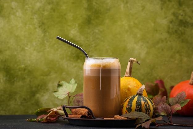 Pompoen latte in een glas. traditionele warme herfstdrank