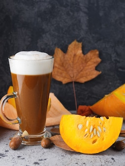 Pompoen latte met kruiden. herfst en winter warme drank. eigengemaakt