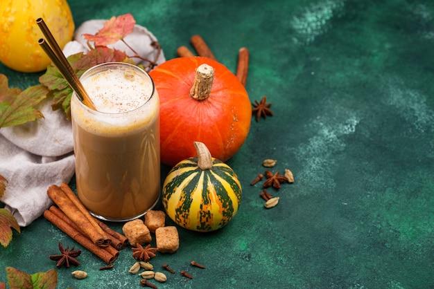 Pompoen latte warme herfstdrank