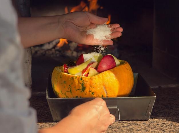 Pompoen met fruit en bessen in de oven